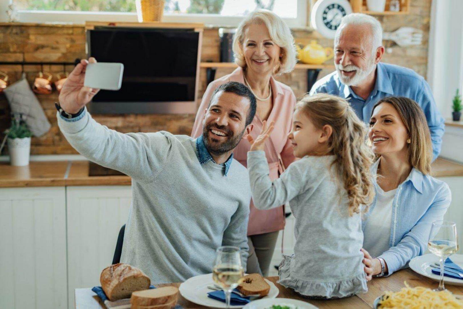 Źycie w domu wielopokoleniowym ma wiele zalet dla wszystkich członków rodziny, i wnuków, i seniorów. Fot. Adobe Stock