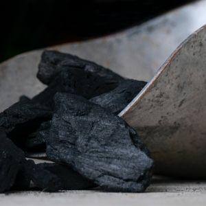 Węgiel charakteryzuje się wysoką wartością opałową, czyli kalorycznością. Oznacza to, że w procesie spalania wytwarza dużą ilość energii, która ogrzewa budynek. Fot. Energo