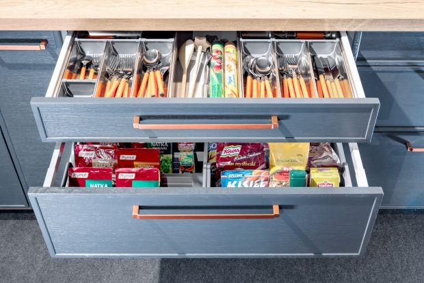 Kuchenny arsenał oraz zapasy spożywcze można pogrupować w szufladach nie tylko według przeznaczenia, ale również wielkości i kształtu opakowania. Pozwoli to zachować przejrzysty układ a także w przemyślany sposób zagospodarować przestrzeń
