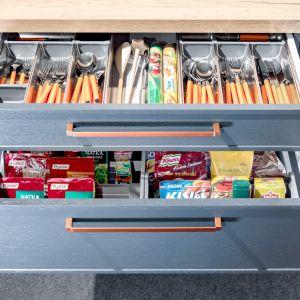 Układ szuflad o trzech wysokościach, odpowiadających wysokościom popularnych produktów spożywczych czy naczyń stanowiących niezbędne wyposażenie kuchni, można skomponować w taki sposób, aby odpowiadał indywidualnym potrzebom domowników. Fot. KAM