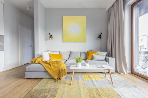 Jak wykończyć ścianę za kanapą w salonie? Jaki materiał wybrać? Jaki kolor będzie najlepszy? Co warto ze sobą łączyć? Zobaczcie aż piętnaście pomysłów na wykończenie ściany za kanapą w salonie. Wszystkie są super.