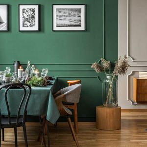 Butelkowy odcień zieleni wspaniale sprawdzi się w aranżacjach klasycznych, ze sztukaterią i naturalnym drewnem. Fot. Dekoral