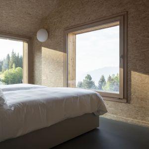 Minimalistyczne wnętrze domu - sypialnia z widokiem na góry. Projekt: Whitepod Eco-Chalets. Autorzy projektu: Montalba Architects