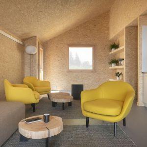 Minimalistyczne wnętrze domu - część dzienna. Projekt: Whitepod Eco-Chalets. Autorzy projektu: Montalba Architects