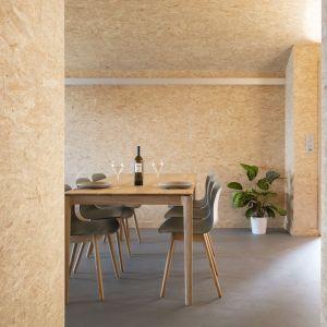 Minimalistyczne wnętrze domu - jadalnia. Projekt: Whitepod Eco-Chalets. Autorzy projektu: Montalba Architects