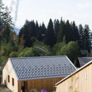 Dom w założeniu jest częścią kompleksu 21 domów dla turystów. Projekt: Whitepod Eco-Chalets. Autorzy projektu: Montalba Architects