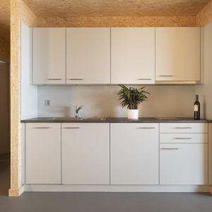 Niewielka, prosta i funkcjonalna kuchnia. Projekt: Whitepod Eco-Chalets. Autorzy projektu: Montalba Architects