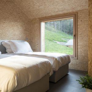 Sypialnia z pięknym widokiem. Projekt: Whitepod Eco-Chalets. Autorzy projektu: Montalba Architects