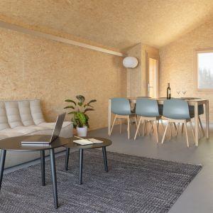 Część dzienna domu - całość w minimalistycznym i ekologicznym stylu. Projekt: Whitepod Eco-Chalets. Autorzy projektu: Montalba Architects
