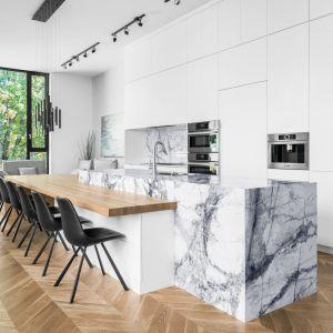 W dużej otwartej kuchni zachwyca wyspa z okładziną z kamienia. Projekt: Guillaume Lévesque. Fot.  Charles Lanteigne photo