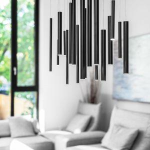 Każdy detal projektu jest starannie przemyślany, w tym także minimalistyczne czarne oświetlenie. Projekt: Guillaume Lévesque. Fot.  Charles Lanteigne photo
