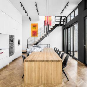 Z części dziennej minimalistyczne metalowe schody prowadzą do pokojów mieszkańców domu. Projekt: Guillaume Lévesque. Fot.  Charles Lanteigne photo