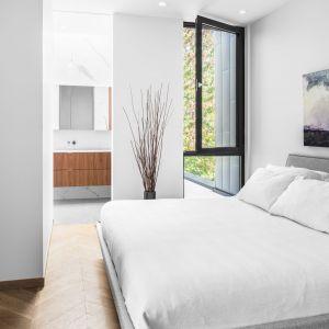Także sypialnie w domu zostało urządzono w monochromatycznych barwach i minimalistycznym stylu. Projekt: Guillaume Lévesque. Fot.  Charles Lanteigne photo