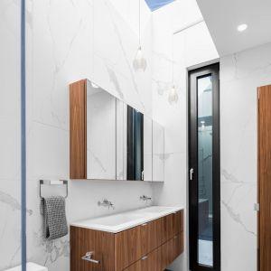 W łazience króluje biel, marmur i drewno. Projekt: Guillaume Lévesque. Fot.  Charles Lanteigne photo