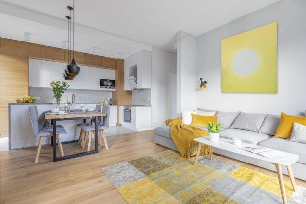 """Mieszkanie młodej pary jest przede wszystkim komfortową i funkcjonalną przestrzenią, gdzie mogą odpoczywać i """"ładować baterie"""" przed kolejnymi wyzwaniami dnia codziennego. Urządzone nowocześnie, ale przytulnie i ciekawie."""