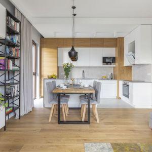 Uzupełnieniem faktury drewna w jego naturalnym, ciepłym kolorze są szarości, a także czarne i złote akcenty. Projekt i zdjęcia: Renata Blaźniak-Kuczyńska, Renee's Interior Design
