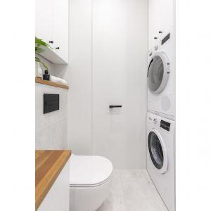 W łazience zaplanowani sporo miejsca na przechowywanie. Projekt i zdjęcia: Renata Blaźniak-Kuczyńska, Renee's Interior Design