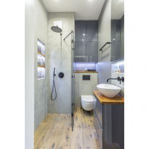 Druga łazienka jest ciemna i zdecydowanie męska w swoim charakterze. Projekt i zdjęcia: Renata Blaźniak-Kuczyńska, Renee's Interior Design