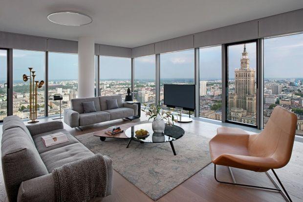 Zlokalizowany w bliskim sąsiedztwie tętniącego życiem Placu Grzybowskiego, jest idealnym miejscem dla wszystkich, którzy cenią sztukę, dobrą kuchnię i przeniknie się zabytków oraz nowoczesnej architektury. Właśnie tu powstał Apartament w chm