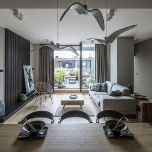 Rolę dekoracji w salonie pełni designerskie oświetlenie. Projekt TILLA Architects fot. Yassen Hristov