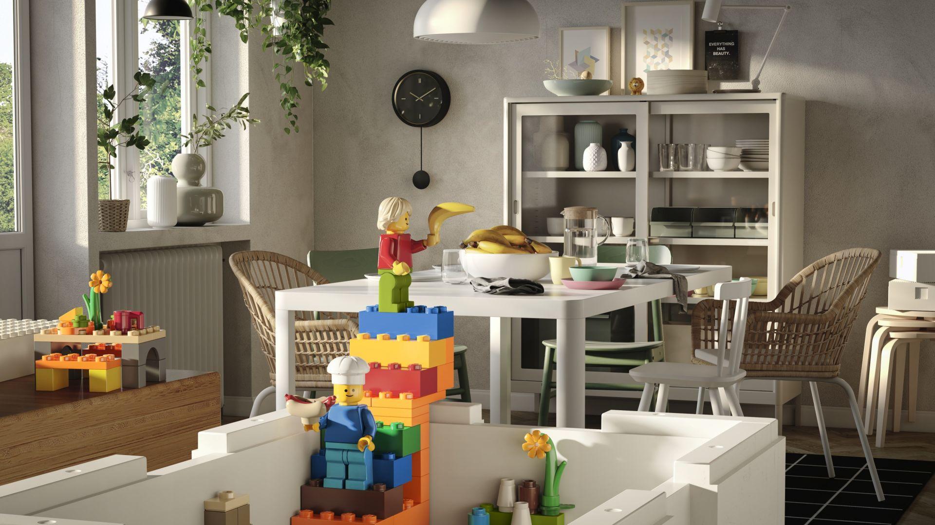 Kolekcja BYGGLEK składa się z pojemników w czterech różnych rozmiarach oraz zestawu klocków. Pokrywa pudełka została dodatkowo wyposażona w wypustki, które pasują do dowolnych istniejących już klocków firmy LEGO. Fot. Ikea