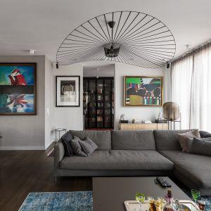 Szare ściany ożywiają kolorowe obrazy. We wProjekt Dmowska Design. foto Przemysław Kuciński