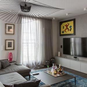 W salonie łączą się w spójną całość różne odcienie szarości. Projekt Dmowska Design foto Przemysław Kuciński
