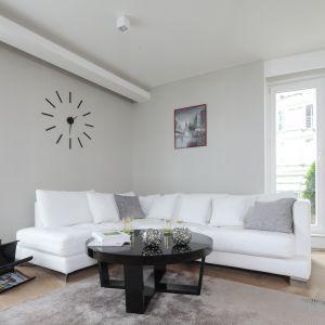 Jasne, szare ściany eksponują biel narożnika. Projekt Tissu. Fot. Bartosz Jarosz