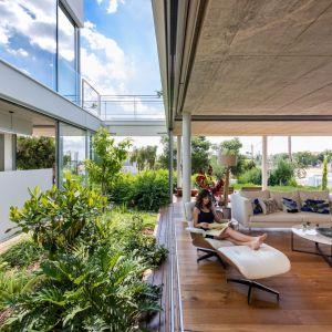 Cały dolny salon stał się jednym wielkim ogrodem. Projekt i zdjęcia: Christos Pavlou Architecture
