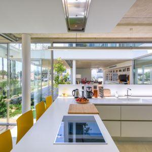 Kuchnia zaprojektowana w nowoczesnym stylu. Projekt i zdjęcia: Christos Pavlou Architecture