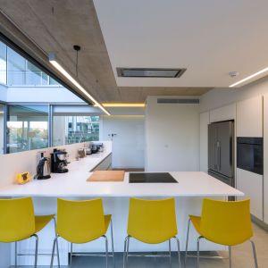 Minimalistyczna biała kuchnia połączona z jadalnią. Projekt i zdjęcia: Christos Pavlou Architecture