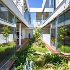 Ogrody zajmują większą część tego niezwykłego domu. Projekt i zdjęcia: Christos Pavlou Architecture