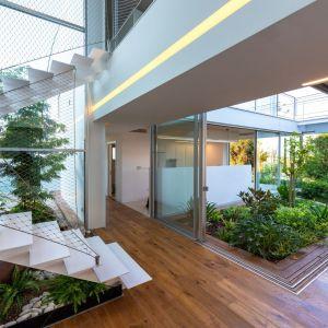 Rośliny i kwiaty posadzono nawet w przestrzeni pod schodami. Projekt i zdjęcia: Christos Pavlou Architecture