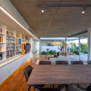 Salon i jadalnia tworzą piękną i wysmakowaną część dzienną. Projekt i zdjęcia: Christos Pavlou Architecture