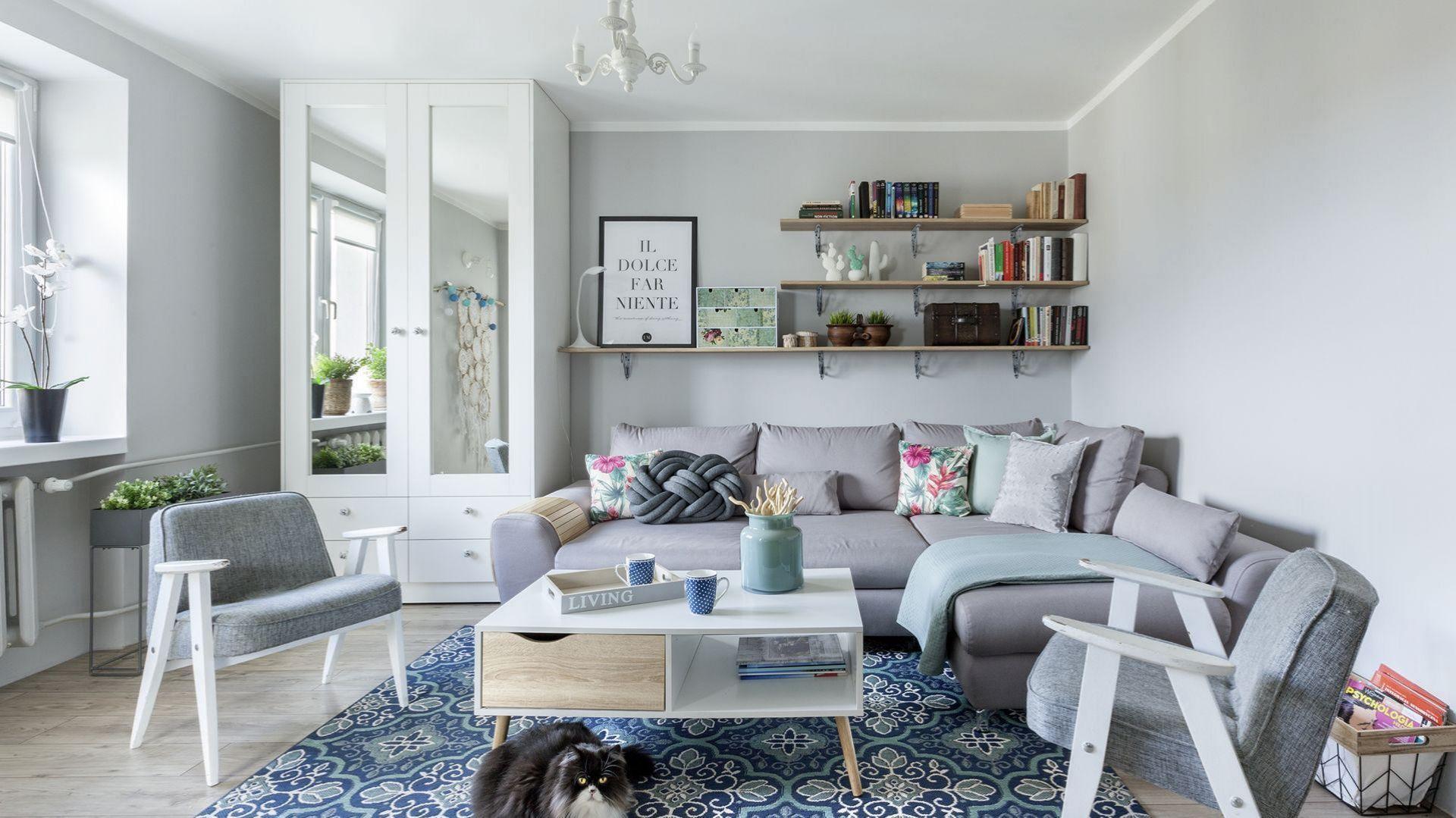 Kolorowy dywan piękne ożywa jasną, spokojną przestrzeń salonu. Projekt: Justyna Mojżyk. Fot. Monika Filipiuk-Obałek