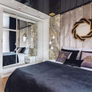 W sypialni znajduje się pojemna szafa, która została ukryta za szklanymi frontami. Projekt: Agnieszka Hajdas-Obajtek. Fot. Wojciech Kic