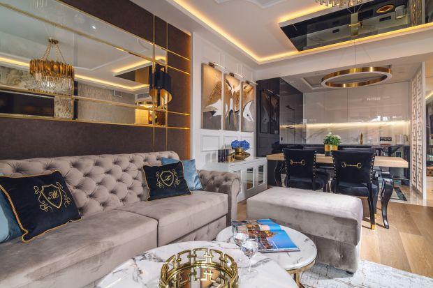 Jasne wnętrze w stylu glamour zaprojektowano wygodnie i pięknie. Zadbano tu o każdy szczegół. Mieszkanieprzyciąga magią i blaskiem!
