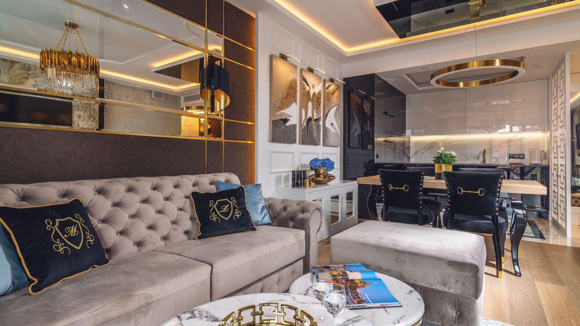 Wnętrze zaprojektowane zostało w stylu glamour. Jest jasne, eleganckie i bardzo przytulne. Projekt: Agnieszka Hajdas-Obajtek. Fot. Wojciech Kic
