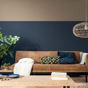 Zgaszony granat to jeden z najmodniejszych kolorów na ścianach. W tym zestawieniu znalazł się obok równie modnych kolorów ziemi. Fot. Dulux