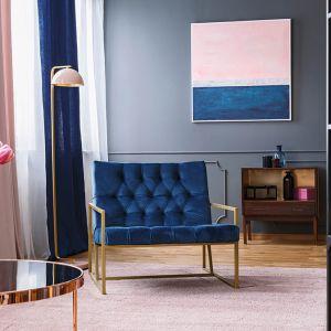 Supermodne zestawienie - szara ściana, niebieskie meble i pudrowe dodatki. Taki salon jest stylowy, a jednocześnie nietuzinkowy.