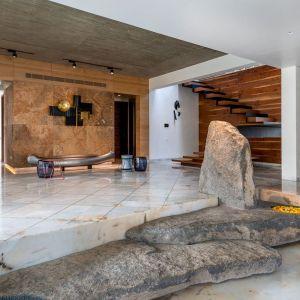Kamień jako element dekoracji wnętrza znalazł się nie tylko na ścianie. Projekt NA Architects. Zdjęcia Boca do Lobo