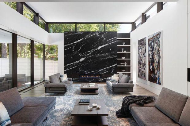 Kamień to bardzo wyrazisty i piękny materiał na ścianę. Zobaczcie jak można wykorzystywać w salonie naturalny kamień i płytki z jego rysunkiem! Te wnętrza są piękne!