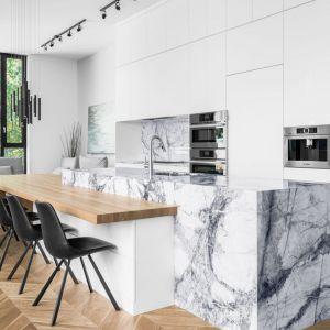Wyspa kuchenna w otwartej części dziennej została obłożona naturalnym marmurem. Projekt Guillaume Lévesque. Fot. Charles Lanteigne photo