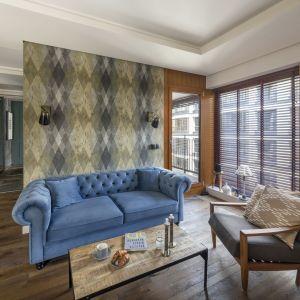 Błękitna, weluorowa sofa wykonana na zamówienie, pięknie prezentuje się w stylowym salonie. Całości dopełniają lekkie meble oraz lampy w stylu industrialnym. Projekt: Magdalena Miśkiewicz. Fot. Łukasz Zandecki