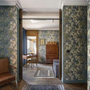 Barokowa tapeta zastosowana w sypialni oraz gabinecie jest mocny i bardzo ciekawym elementem wnętrza. Projekt: Magdalena Miśkiewicz. Fot. Łukasz Zandecki