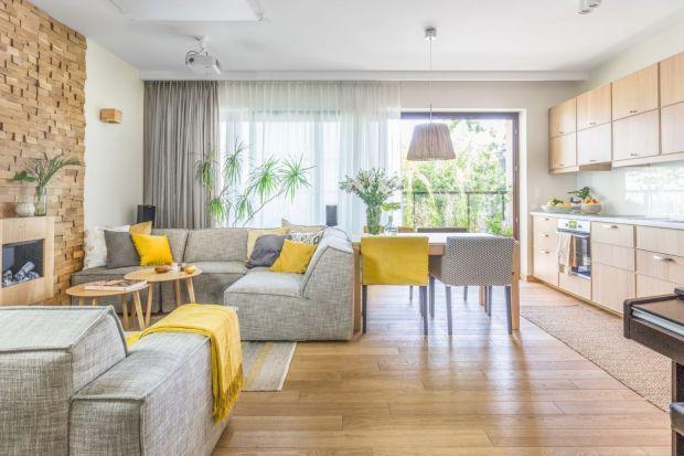 Salon otwarty na kuchnię i jadalnię tonajpopularniejszerozwiązanie w polskich domach i mieszkaniach.Zobaczcie najciekawsze pomysły projektantów. Znajdziecie tu dużo wnętrza i niewielkie kawalerki z aneksem!<br /><br />