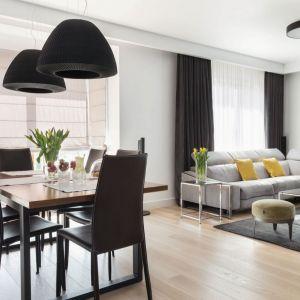 Czarno-biały salon połączony z jadalnią to świetny wybór nie tylko do niewielkiego mieszkania w bloku, ale i do domu. Projekt Katarzyna Maciejewska. Fot. Anna Laskowska, Dekorialove