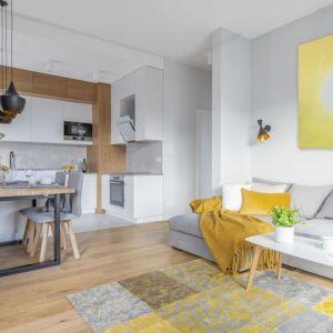 Mimo małego metrażu w części dziennej udało się wygospodarować sporo miejsca na wygodną funkcjonalną kuchnię i jadalnię. Projekt Renata Blaźniak-Kuczyńska, Renee's Interior Design