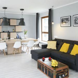 Żółte poduszki pięknie ożywiają salon w jasnych kolorach. Projekt: Maciejka Peszyńska-Drews. Fot. Bartosz Jarosz