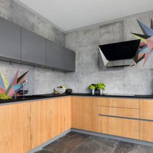Szarą kuchnię doskonale ożywiają kolorowe wzory, a ociepla drewno. Projekt: Magdalena Lehmann. Fot. Bartosz Jarosz